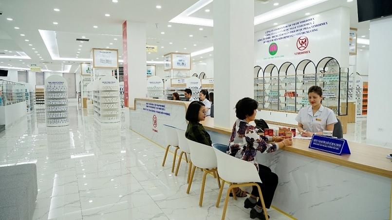 Dược sĩ tư vấn sử dụng thuốc cho khách hàng tại TTPP Thuốc