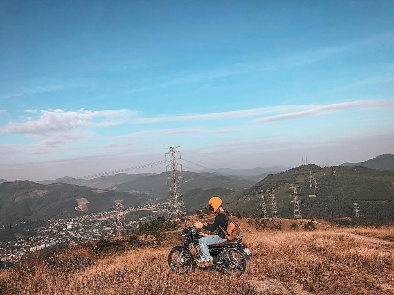 Bạn có thể đến với Bình Hương bằng ô tô, xe máy đi được tới chân núi một cách dễ dàng. Sau đó có thể lựa chọn đi xe máy lên 4km (gầm cao, xe khoẻ) hoặc đi bộ leo núi ngắm cảnh. Có cả dịch vụ xe ôm cho các bạn lười đi bộ.