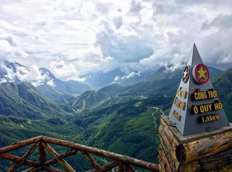 Từ đỉnh đèo ngày đẹp trời du khách có cơ hội ngắm toàn cảnh con đường vượt đèo chạy qua rừng núi hùng vĩ