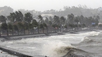 Cảnh báo: Mưa bão dồn dập đổ vào Miền Trung
