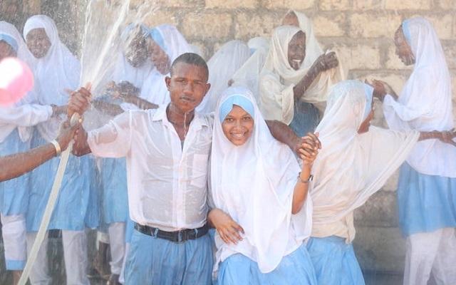 Học sinh Kenya hạnh phúc vui đùa trong nước đã được khử mặn