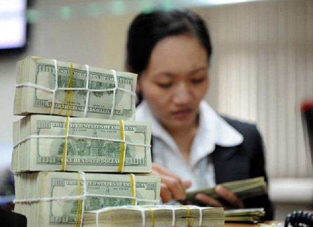 Giá bán USD tại nhiều ngân hàng thương mại đã vươt mốc 23.500 đồng. Ảnh: Hoàng Hà