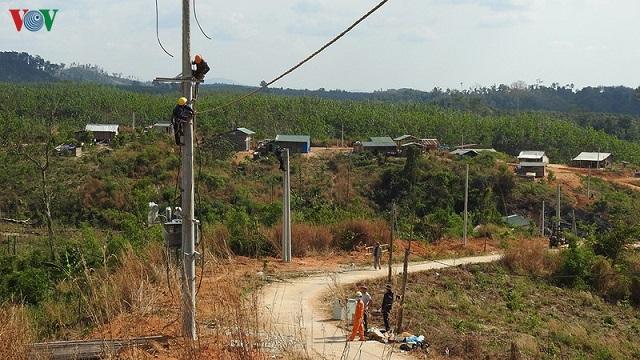 Kéo điện về vùng sâu biên giới huyện Ia H'Drai, tỉnh Kon Tum