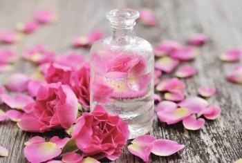 Sức khỏe: Sử dụng nước hoa hồng trị mụn đơn giản và hiệu quả